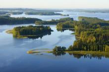 Kesäinen järvimaisema saarineen korkealta kuvattuna.